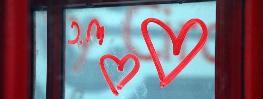 Ventana con corazones amorosos dibujados