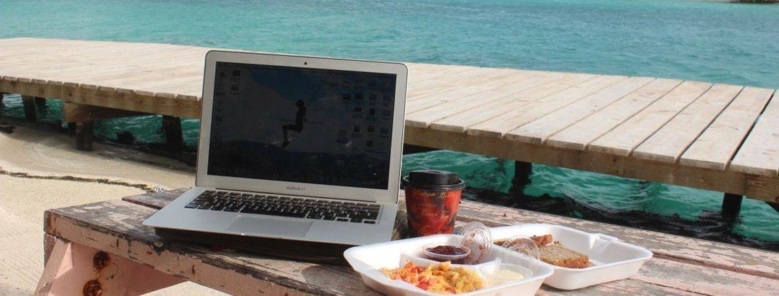 Profesional trabajando desde la playa
